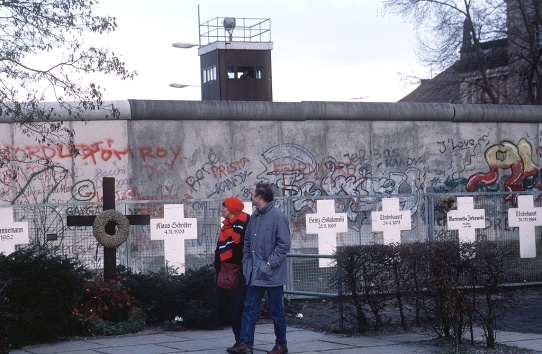http://upload.wikimedia.org/wikipedia/commons/thumb/3/32/BerlinerMauer1990.jpg/1024px-BerlinerMauer1990.jpg