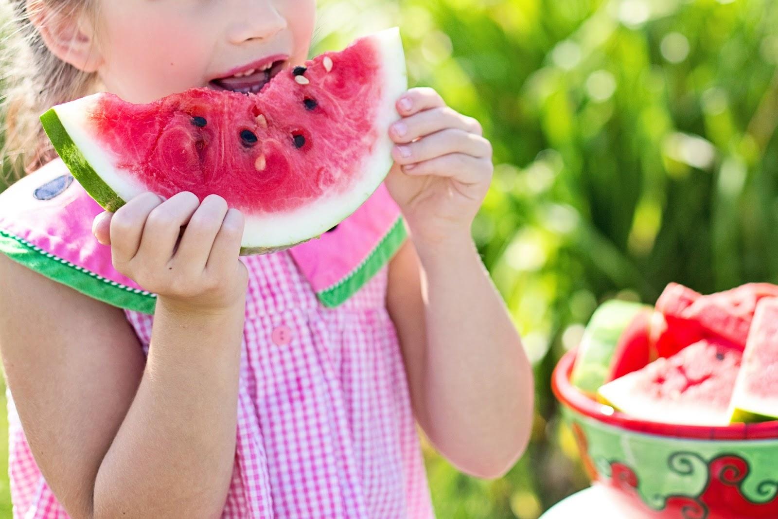 dziecko z arbuzem - prawidłowe nawadnianie dziecka