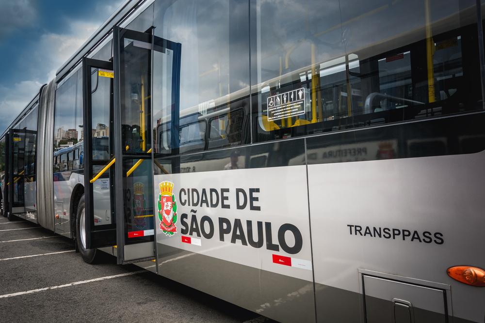 Ônibus que operam em canaletas exclusivas ganham em rapidez e são atrativos em relação aos carros. (Fonte: Marcelo Guerra/Shutterstock)