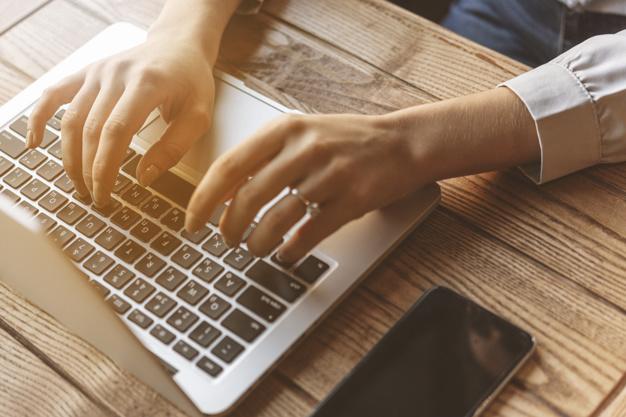 Imagen de unas manos sobre el teclado que ilustran el concepto de  cómo conseguir los mejores precios de hotel en sitios web