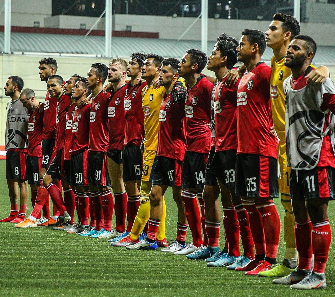 The whole squad of Bali United thanking their fans post game