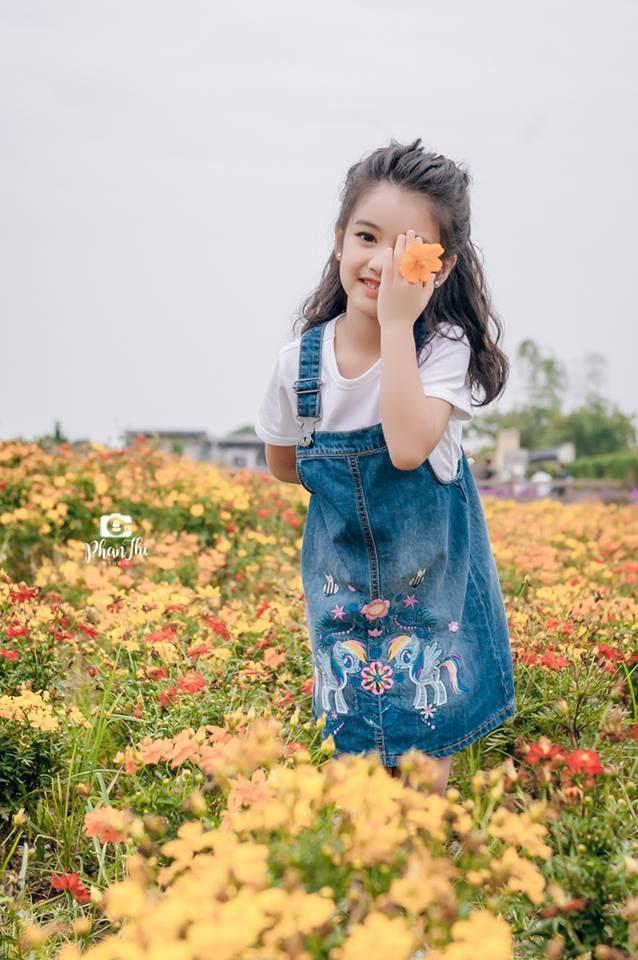 Trong hình ảnh có thể có: 1 người, đang đứng, hoa và ngoài trời