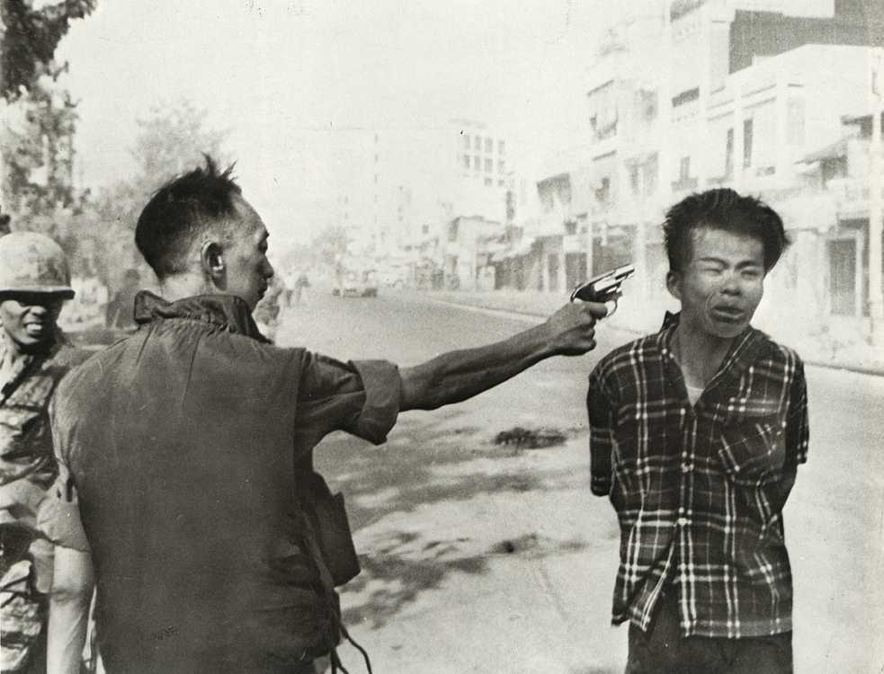 Está claro que esta terrible imagen es uno de los iconos de la Guerra de Vietnam (1959-1975), de hecho fue merecedora del Pulitzer en 1969. Hace poco más de 40 años que fue tomada por Eddie Adams, entonces fotógrafo de Agencia Press, el 1 de febrero de 1968. Mas info en: http://www.xatakafoto.com/fotografos/eddie-adams-en-vietnam-ano-1968