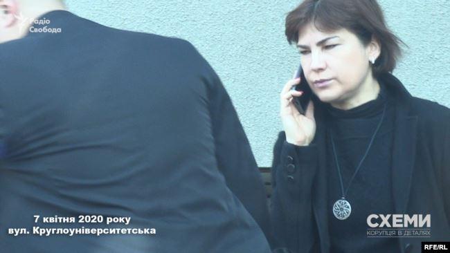А за 15 хвилин генпрокурорка Венедіктова в супроводі охоронця вийшла з під'їзду і сіла в авто