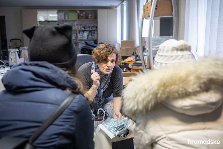 Леся Литвинова объясняет, как правильно пользоваться кислородным концентратором родственницам человека, который заболел тяжелой формой COVID-19, 23 марта 2021 года