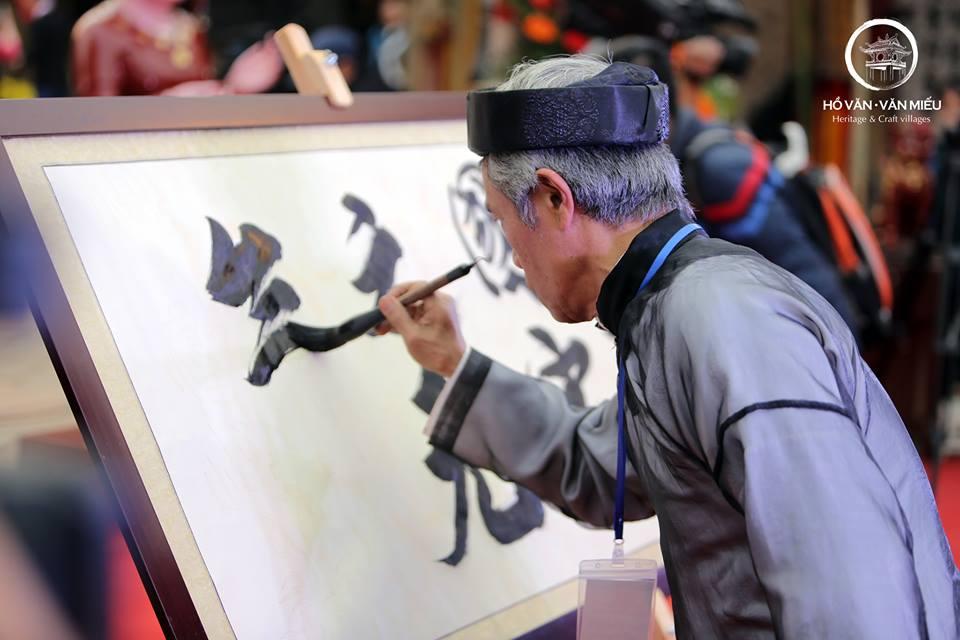 Tiết mục trình diễn thư pháp của các nghệ nhân nổi tiếng tại Hồ Văn