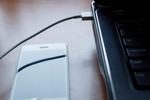 Dicas de viagem para não passar apuros- Carregue seus aparelhos eletrônicos através de uma TV ou laptop