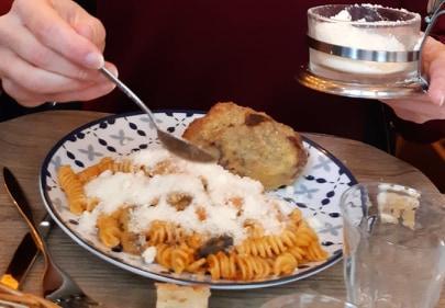 Une image contenant table, personne, alimentation, intérieur  Description générée automatiquement