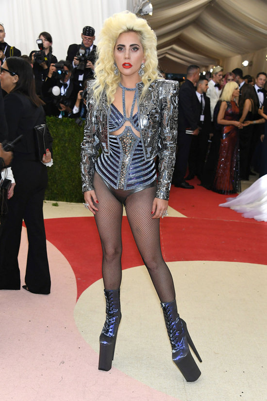 Lady-Gaga-Met-Gala-2016-Red-Carpet-Atelier-Versace-Tom-Lorenzo-Site-2.jpg