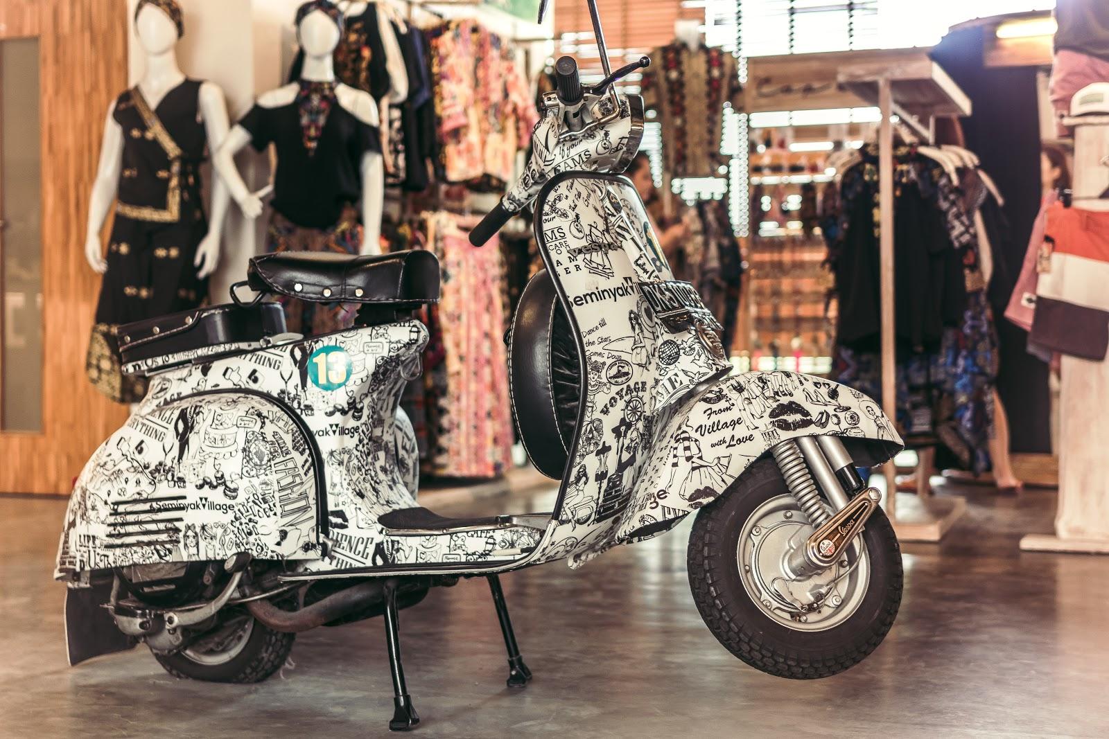 קטנוע בחלון ראווה בשוק יפו