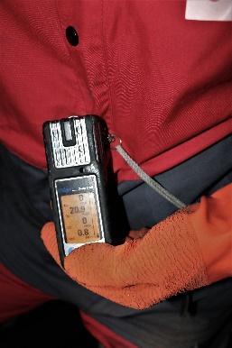 Une image contenant personne, rouge, téléphone mobile, assis  Description générée automatiquement