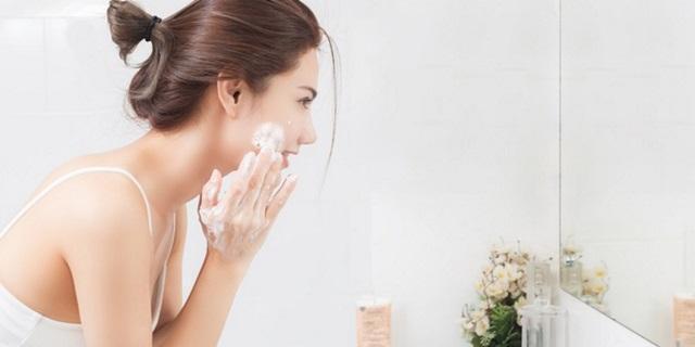 rửa mặt sạch sẽ để ngừa mụn