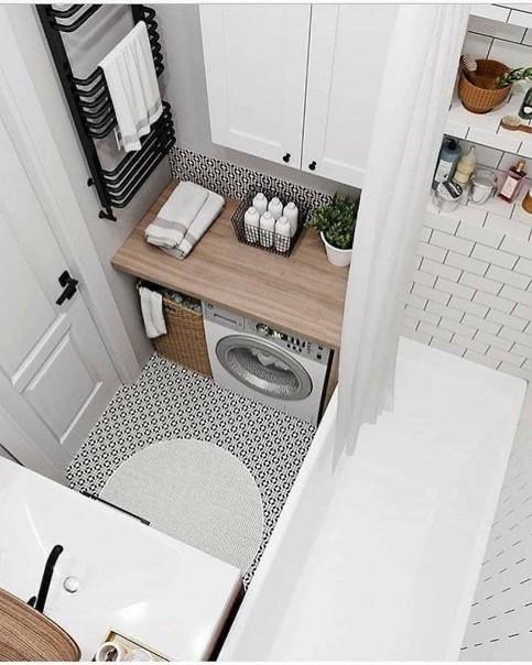 белая с контрасным полом ванная комната и стиралка напротив раковины