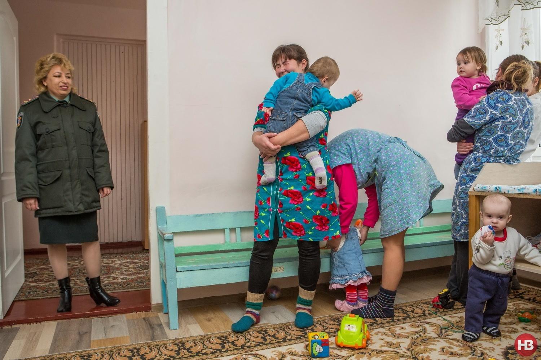 Слева - начальник колонии Татьяна Шукляр. Справа - заключенные с детьми
