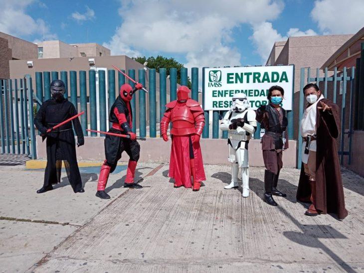 Fanáticos de Star Wars en la entrada de hospital