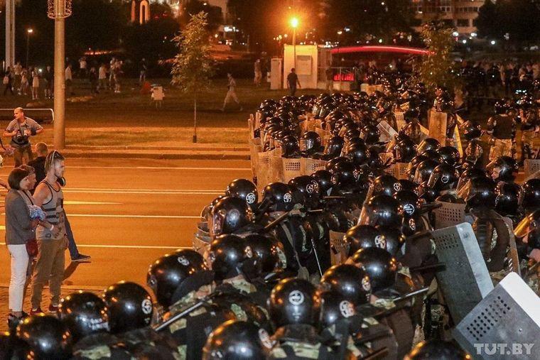 Правоохранители встречают митингующих в Минске, которые вышли на акции протеста после объявления предварительных результатов президентских выборов