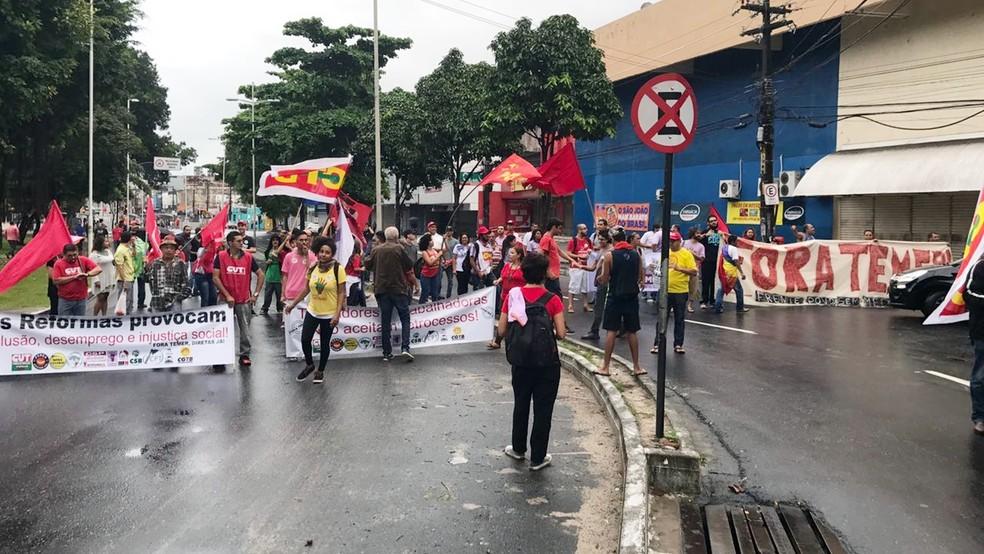 Manifestantes contra presidente Michel Temer e reformas ocuparam ruas de João Pessoa (Foto: Walter Paparazzo/G1)