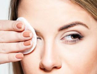 Ilustrasi orang sedang membersihkan make up (Freepik).