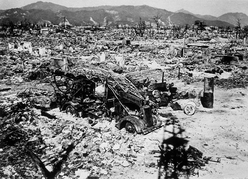 Em destaque na imagem está um carro de bombeiros que foi completamente destruído com a explosão da bomba.