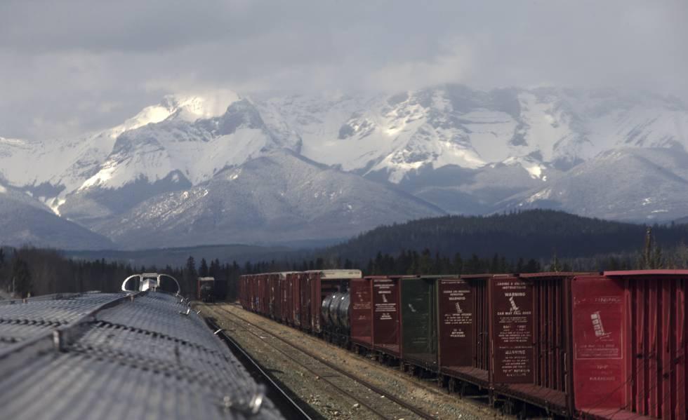 Vista de las Montañas Rocosas canadienses durante el trayecto de la línea de VIA Rail entre Jasper y Prince Rupert.