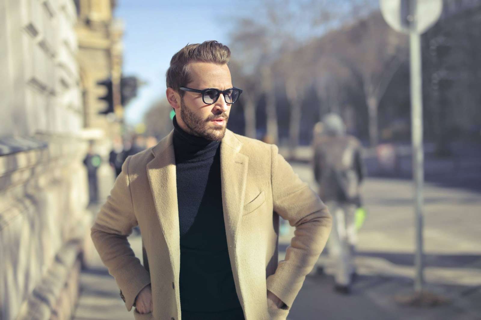 uomo-giacca-chiara-passeggiata