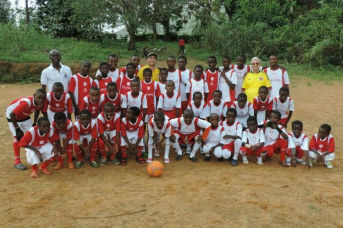 Fr. Cañón with his soccer team in Cameroon. Credit: Independiente Santa Fe/@SantaFe via Twitter.