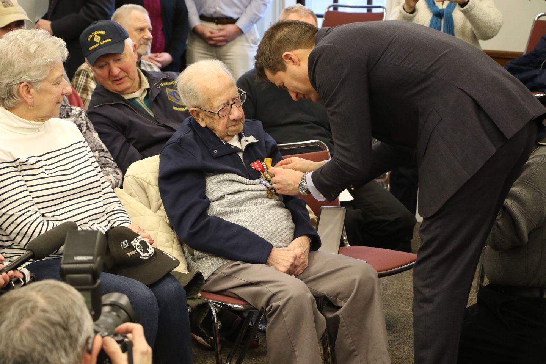 Veterano de la segunda guerra mundial recibe reconocimiento 75 años después