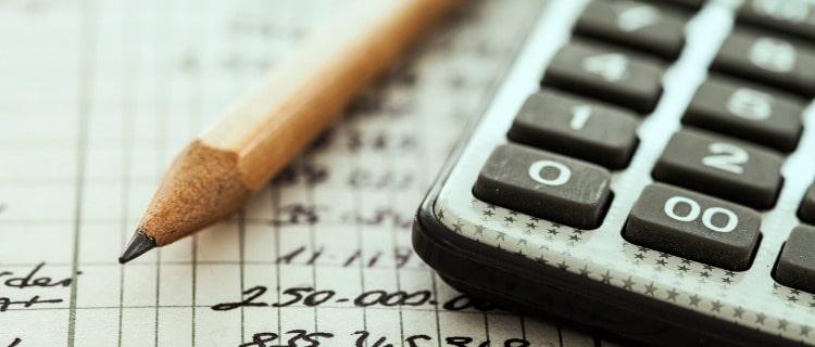 政策金融公庫融資電卓と鉛筆