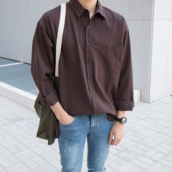 Kết hợp sơ mi nam màu nâu với quần jeans và phụ kiện đơn giản