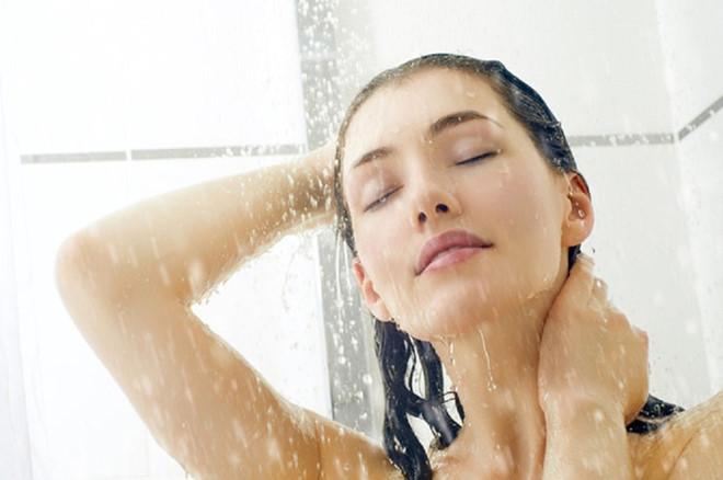 Tắm nước ấm giúp phòng ngừa viêm, đau họng