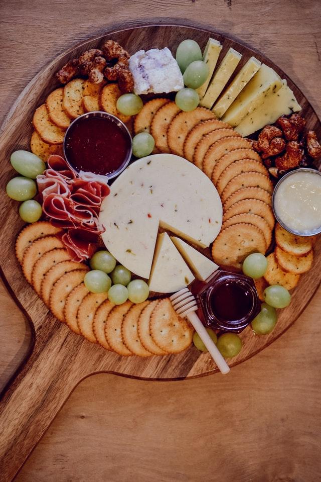 Plato de charcutería y queso