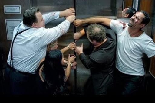 Khi thang máy bị kẹt, điều quan trọng nhất là bạn phải giữ được sự bình tĩnh để xử lý tình huống