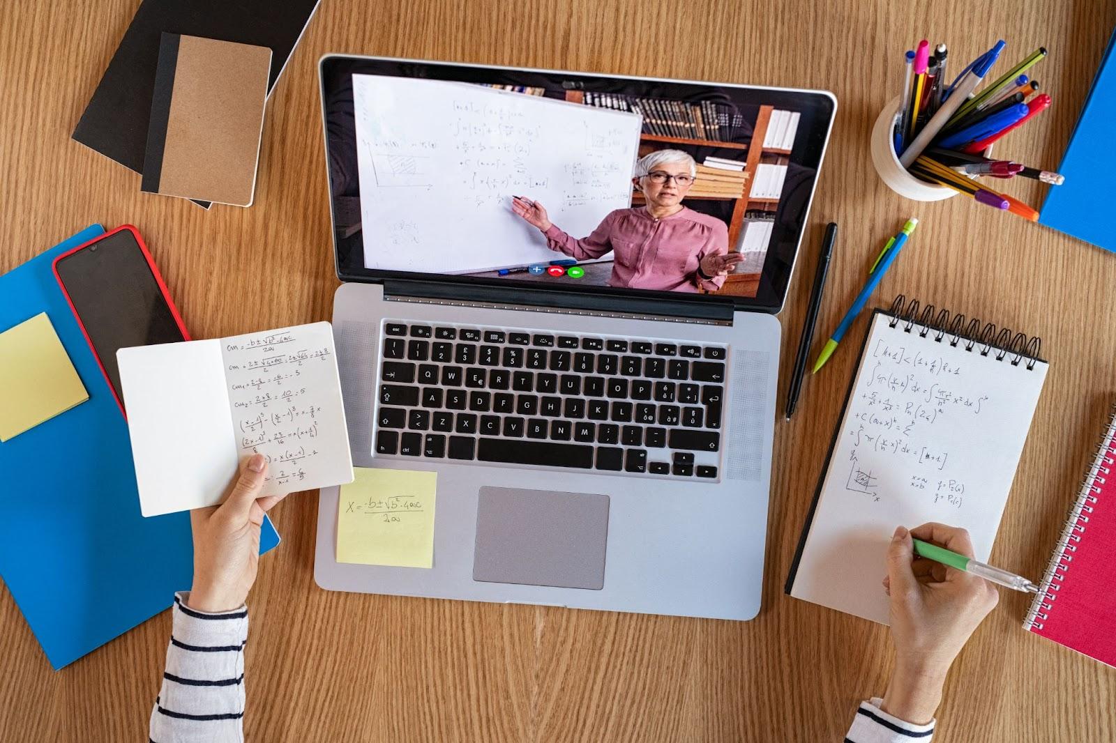 Computador ligado com a aula remota