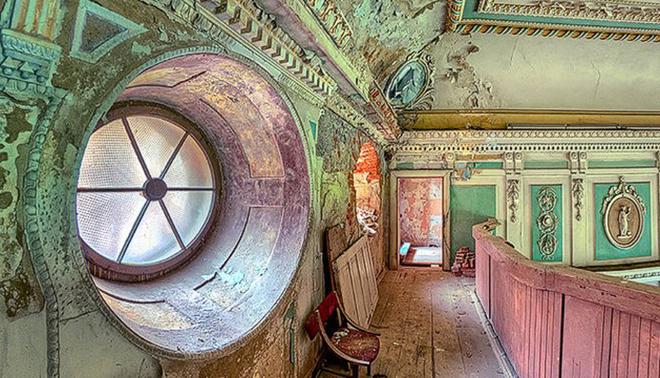 Patrycja Makowska có sở thích chụp lại những tòa lâu đài cổ đã hoang phế theo thời gian