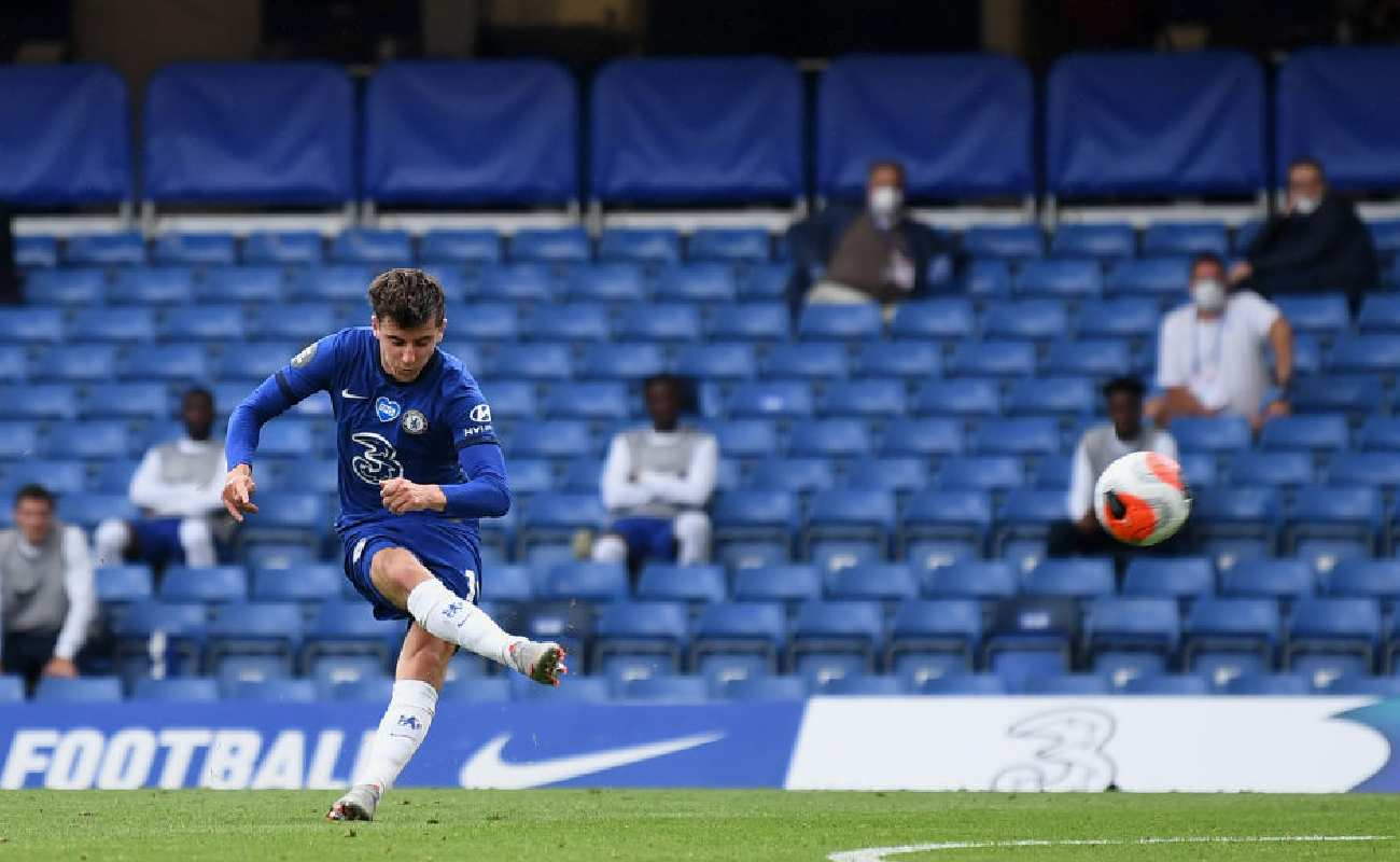 Alt: Mason Mount of Chelsea shooting a ball towards the goal - Photo by Daniel Leal-Olivas/Pool via Getty Images