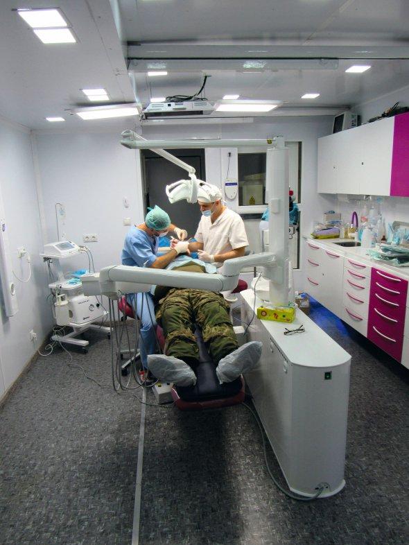 """У волонтерському центрі """"Тризуб Дентал"""" вселі Карлівка за15кілометрів від Донецька стоматологи безкоштовно лікують військових імісцевих жителів. Зап'ять років надали допомогу понад 35тисячам бійців"""