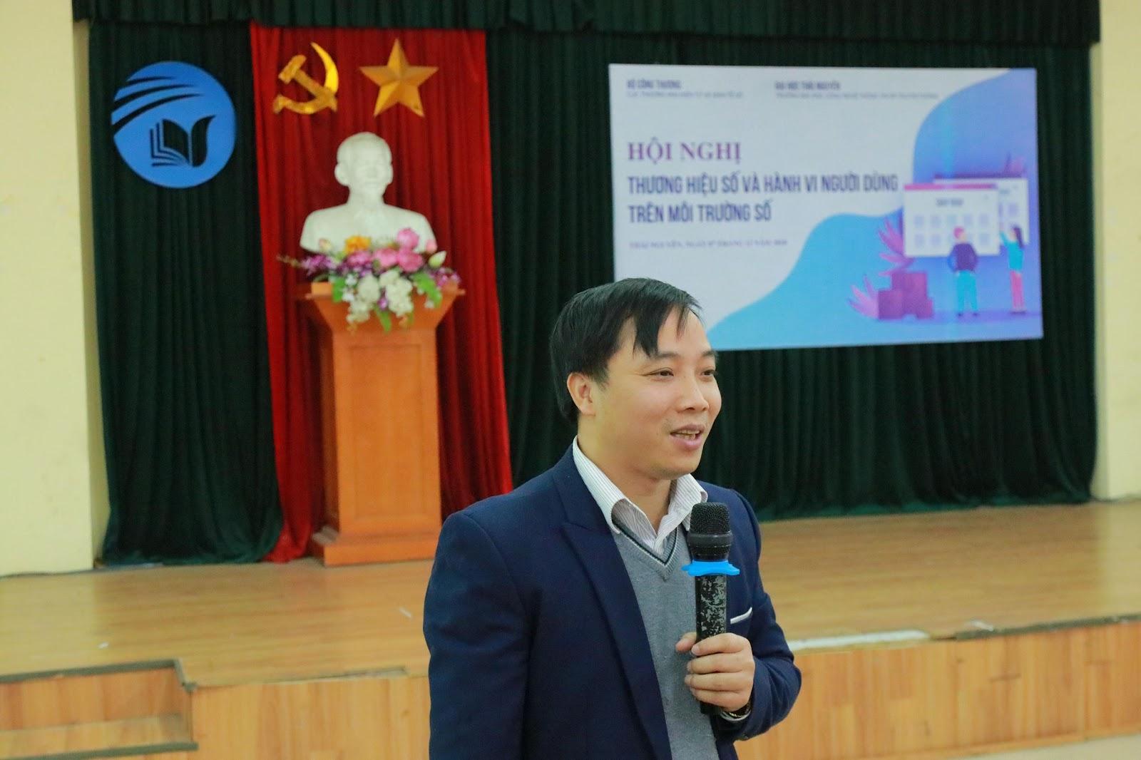PGS.TS Nguyễn Văn Huân – Trưởng khoa HTTTKT trình bày tại hội nghị về vai trò của Hệ thống thông tin quản lý trong phát triển nền Kinh tế số