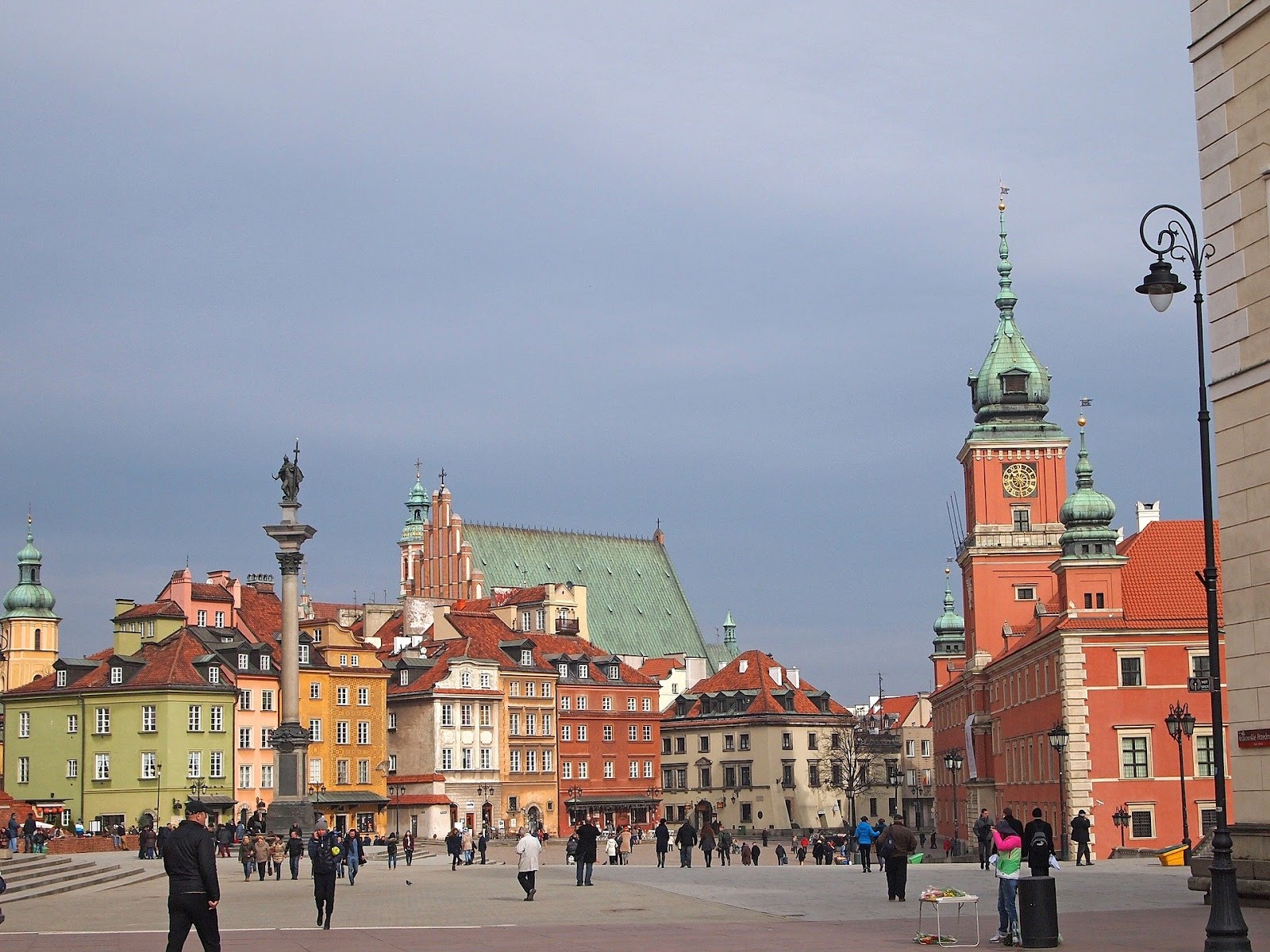 warsaw old town medieval buildings royal castle zygmunt column people poland