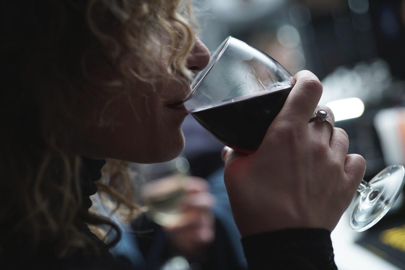 Mulher bebendo uma taça de vinho