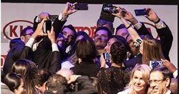 A imagem pode conter: 4 pessoas, pessoas sorrindo, multidão