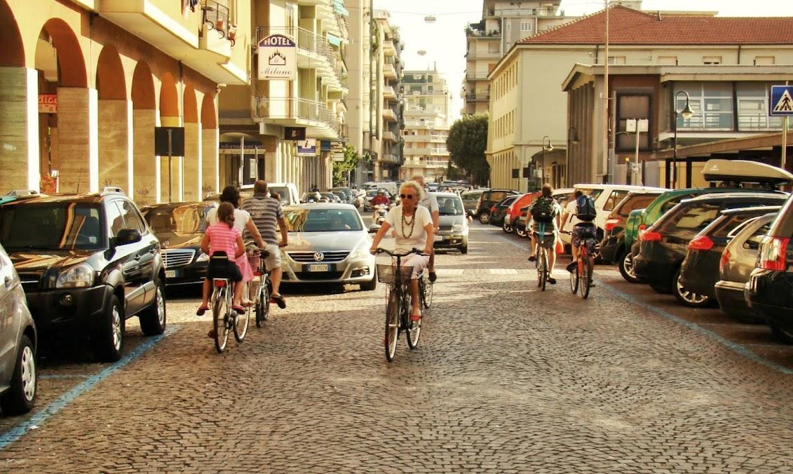 La misma hora punta de Loano, en una calle paralela a la vía Aurelia