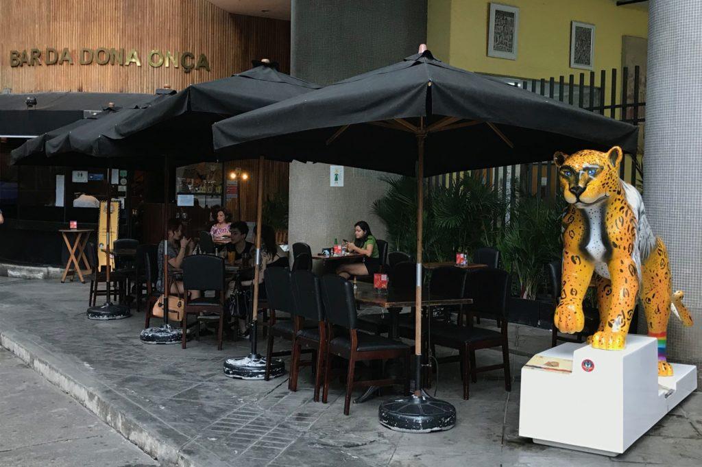 Barzinhos no Copan (São Paulo) são exemplo de uso misto das edificações (Imagem: A Vida no Centro/Reprodução)
