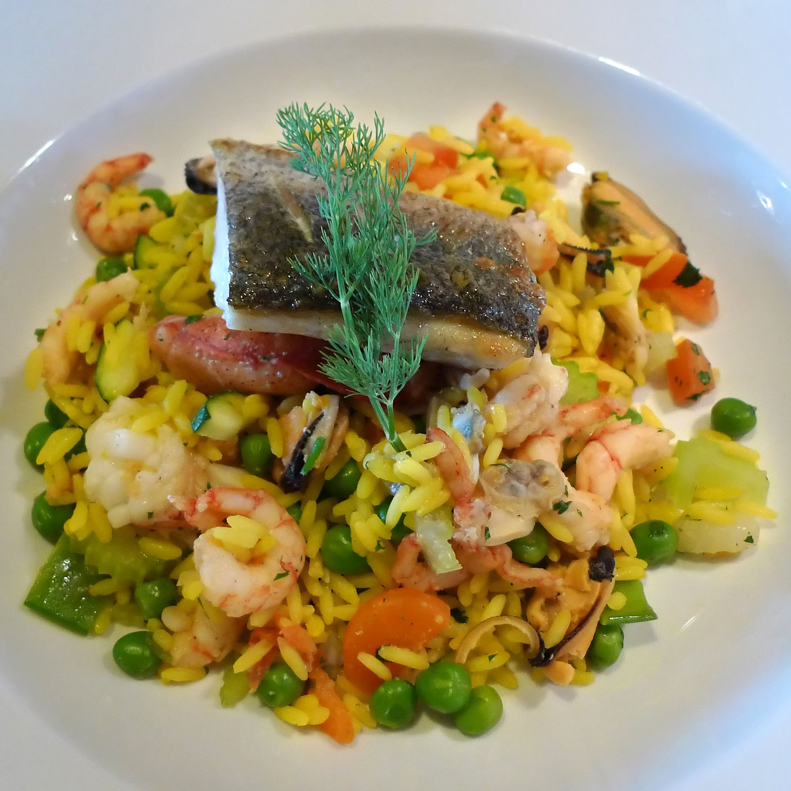 File:Portion of seafood paella on plate.jpg - Wikimedia Commons