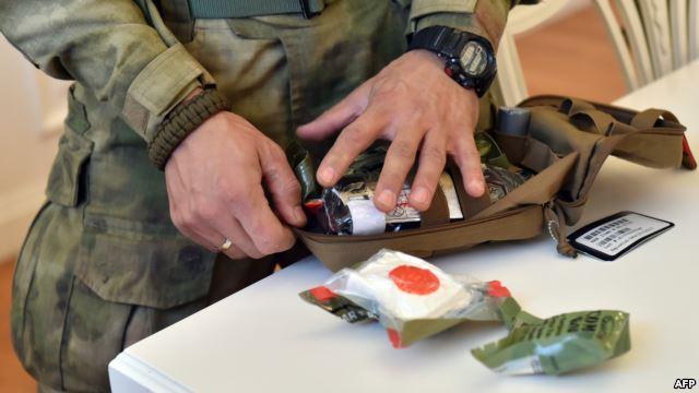 Український волонтер розглядає укомплектовану аптечку за стандартами НАТО, 31 жовтня 2014 року