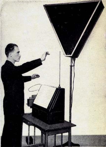 Léon Theremin ejecutando su instrumento
