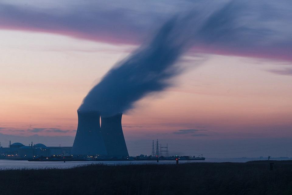 Apesar de não ser uma fonte renovável, a energia nuclear é considerada uma energia limpa, uma vez que não emite gases nocivos para o efeito estufa. (Unsplash/Reprodução)
