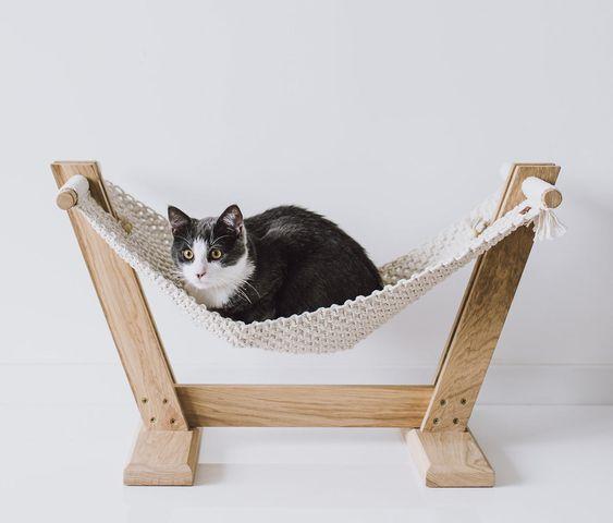Macramê em formato de mini rede para gato.