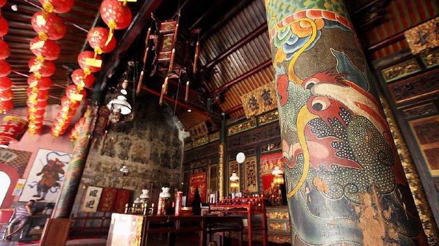 Gambar motif naga di tiang Klenteng Cu An Kiong di Lasem, Kabupaten Rembang, Jawa Tengah, Rabu (18/5). Gambar-gambar motif di klenteng sebagian diambil sebagai motif batik di Lasem, antara lain motif naga, burung hong, dan awan.