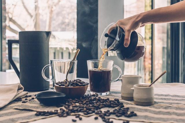 Consumo diminui nas cafeterias, mas aumenta nos lares