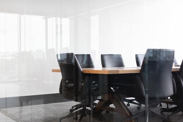 屋内、椅子、テーブル、部屋が含まれている画像自動的に生成された説明